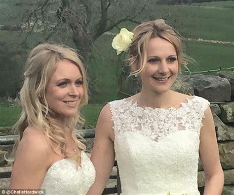married actress kiss emmerdale s michelle hardwick marries girlfriend rosie