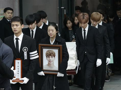 kim jong hyuns coffin carried   shinee bandmates