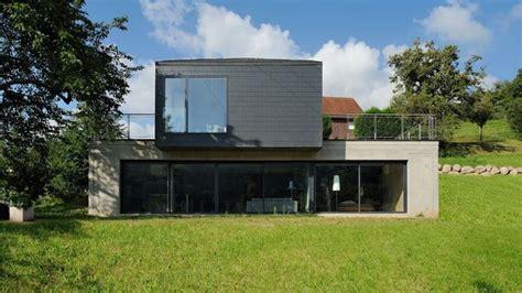 photo maison contemporaine sur terrain en pente