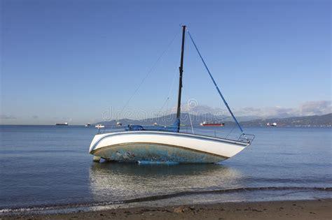 Foto Zeilboot by Een Marooned Zeilboot Stock Afbeelding Afbeelding