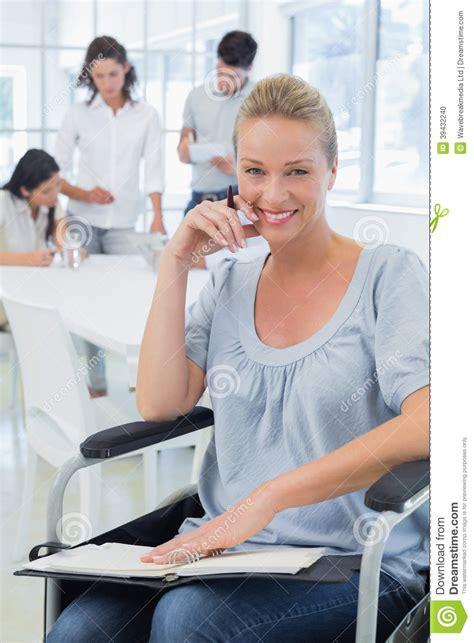 femme d affaires occasionnelle dans le fauteuil roulant