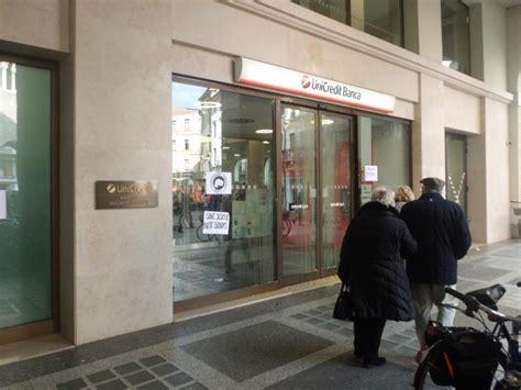 Associazione Contro Le Banche by Uova Marce Contro Unicredit E Cartelli Contro Le Banche
