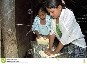 Gli Anni Dell U0026 39 Adolescenza Guatemaltechi Impastano Il Cereale A Terra In Pasta Immagine