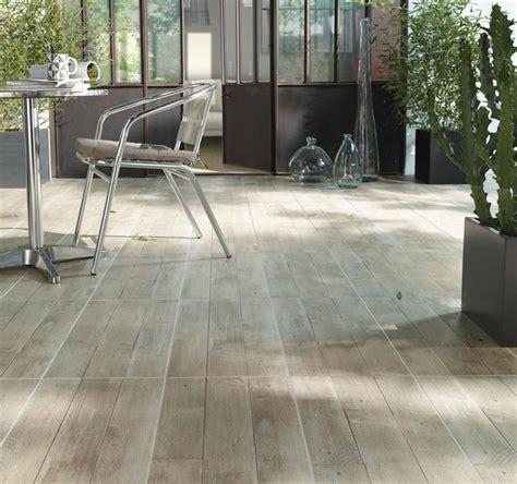 carrelage exterieur clipsable castorama donnez de l 224 votre terrasse avec le carrelage beige tavolato aspect bois et sa