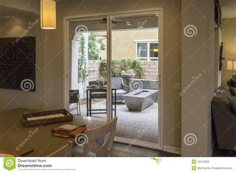 maison et cuisine cuisine et patio de maison modèle photo stock image