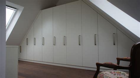 Das Ankleidezimmer Moderne Wohnideenankleideraum In Weiss by Kleiderschrank Dachschr 228 Ge Modern Ankleidezimmer