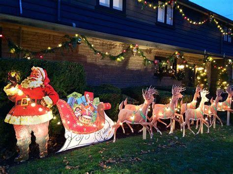 mike    bild santa  reindeer lawn display