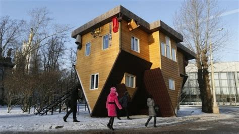 Umgedrehtes Haus In Russland  Erstaunliche Sehenswürdigkeit