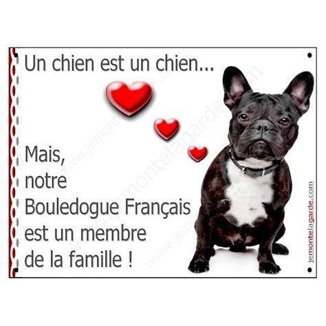 bouledogue francais bringe assis plaque portail  chien