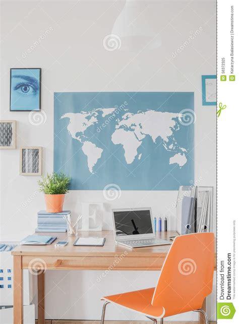 au bureau carte carte du monde au dessus du bureau photo stock image