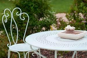 Salon De Jardin En Fer : comment repeindre un salon de jardin en fer le magazine ripolin ~ Teatrodelosmanantiales.com Idées de Décoration
