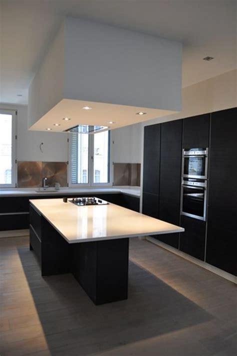 hotte cuisine plafond hotte encastrée plafond bas dans cuisine et blanche