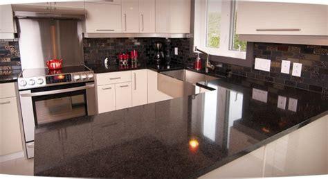 comptoir de cuisine noir comptoir de stratifié noir décoration cuisine décoration naturelledécoration cuisine