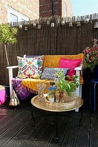 kleine boho ecke auf dem balkon mit bunten kissen und With französischer balkon mit bunte metallfiguren garten