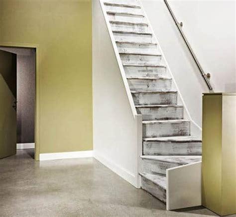 r 233 nover un escalier avec de la peinture