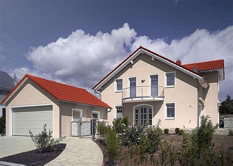 Rotes Haus Mit Grauen Fenstern