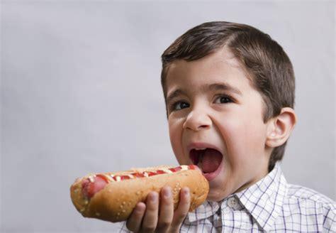 Çfarë ndodh nëse fëmija juaj konsumon shumë salçiçe - InfoKult
