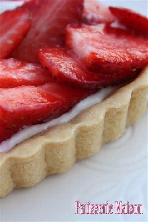 patisserie maison tarte aux fraises sur ganache au chocolat blanc