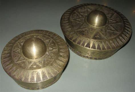 Aramba adalah sebuah alat musik yang berbentuk seperti alat musik bende yang oleh masyarakat setempat namun jenis aramba yang biasa digunakan oleh keluarga bangsawan, yaitu aramba fatao dan aramba hongo, memiliki ukuran diameter sepanjang. Alat Musik Tradisional dan Asal Daerahnya