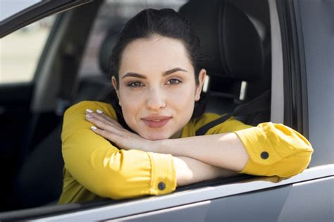 Fabuła filmu kobieta w oknie opowiada historię głównej bohaterki, która cierpi na agorafobię i sporo czasu spędza wyglądając przez okno i śledząc wydarzenia na. Kobieta W żółtej Koszuli, Opierając Się Na Oknie   Darmowe ...