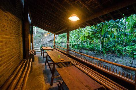 barisan meja  kursi kayu  kedai kopi menoreh pak rohmat