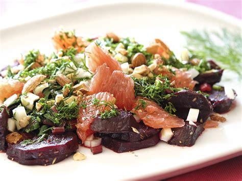 Biešu sakņu un lapu salāti ar fenheli un mandelēm - Pie Galda!