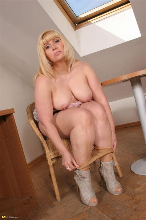 Hot Blonde Mature Lsut Playing With Her Shaved Pussy At