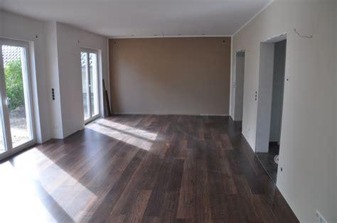 verlegung laminat bodenbelag im wohnzimmer erfahrungen mit nussbaum laminat hausbau
