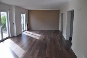 Wohnzimmer Mit Brauner Couch : bodenbelag im wohnzimmer erfahrungen mit nussbaum laminat hausbau blog ~ Markanthonyermac.com Haus und Dekorationen