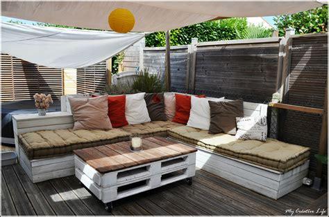 canapé d 39 angle extérieur bois et table basse palette