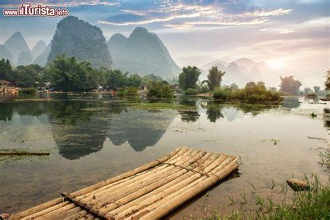 rafting sul fiume  una zattera  canne da foto