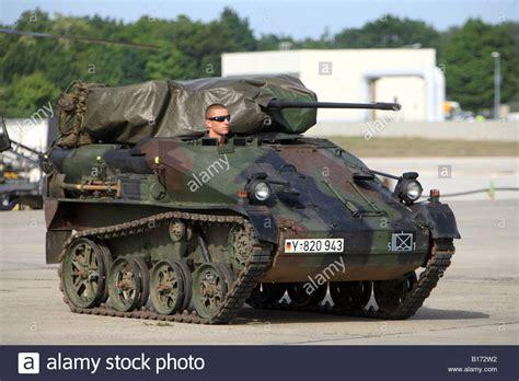 bundeswehr panzer kaufen deutsches milit 228 rfahrzeug panzer genannt wiesel w 228 hrend international air show am flughafen