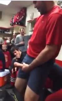 rugbyman sort son engin dans le vestiaire