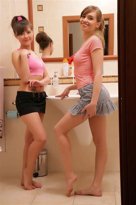 Dos Jovencitas De 18 Años Pasandola Rico En El Baño Fotos