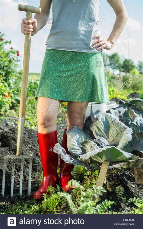 Frau Gemüse Garten Gabel Gummistiefel Stockfoto, Bild