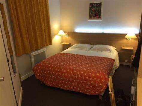 hotel avec chambre la chambre avec éclairage led dans la tête de lit et une