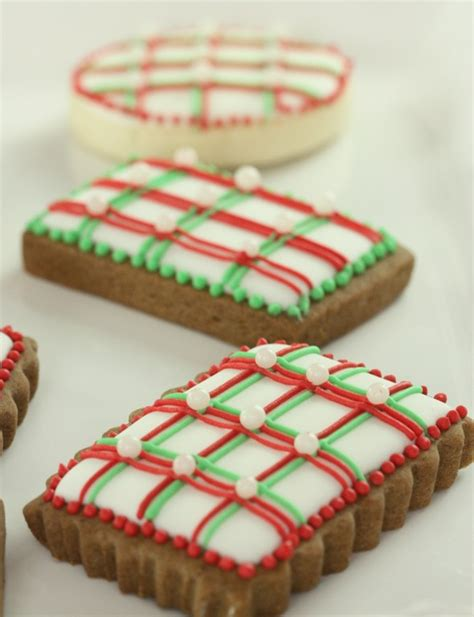 pictures of decorated christmas cookies using royal icing how to pipe lines with royal icing top 10 tips sweetopia