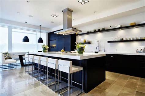 una cocina grande  luminosa decoracion