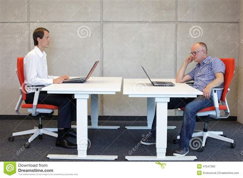 position assise bureau position assise correcte et mauvaise au bureau photo stock
