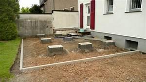 Erhöhte Terrasse Bauen : zementsockel als tr ger f r die holzaufbauten holzterrasse mit sichtschutz terrassen ~ Orissabook.com Haus und Dekorationen