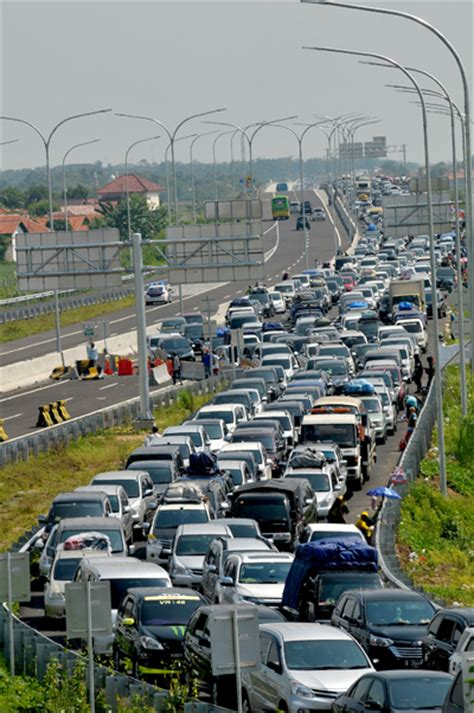 heavy traffic congestion   major highway junction