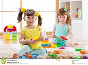Spiele Für 2 Jährige Zu Hause : kleinkinder die zu hause mit bunten spielwaren auf dem boden oder kindergarten spielen ~ Whattoseeinmadrid.com Haus und Dekorationen