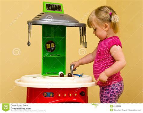 jouet cuisine fille cuisine de fille et de jouet images stock image 26403084