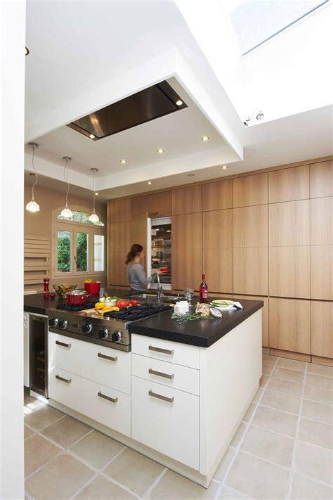 hotte de cuisine plafond cuisine minimaliste ilot central polyvalent mur de