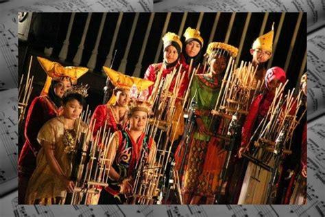 Musik tradisional membutuhkan alat musik tradisional untuk membuatnya semakin hidup dan dapat dinikmati. √ Pengertian Musik Daerah : Sejarah, Fungsi & Ciri-Cirinya