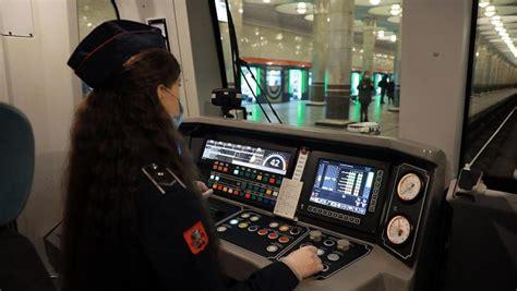 wanita  mengendarai metro moskow  pertama kalinya     rusia