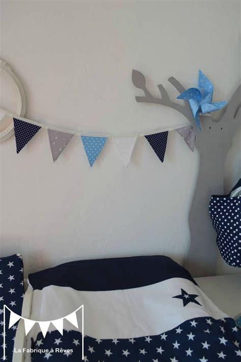 deco chambre bebe bleu gris banderole fanions gris blanc bleu ciel bleu marine étoiles