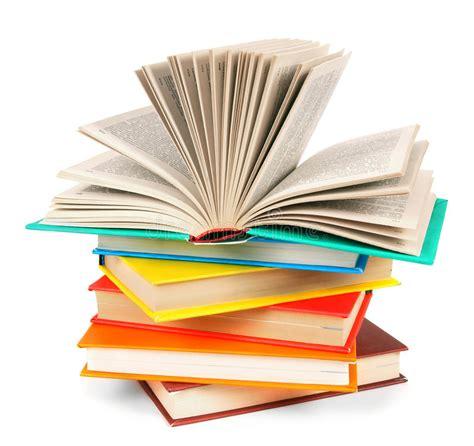 le livre ouvert sur une pile des livres multicolores photo