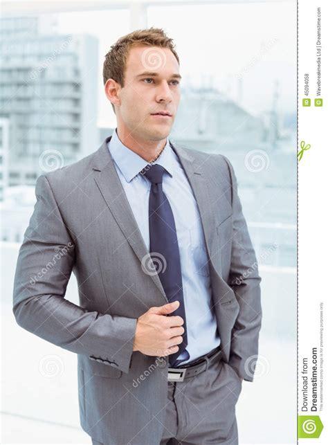 bureau homme d affaire homme d 39 affaires futé dans le costume au bureau photo