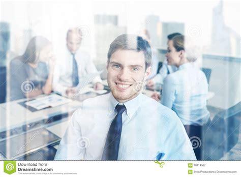 bureau homme d affaire groupe d 39 hommes d 39 affaires de sourire se réunissant dans